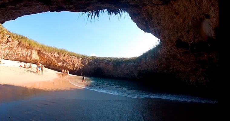 Скрытый пляж на острове Мексики