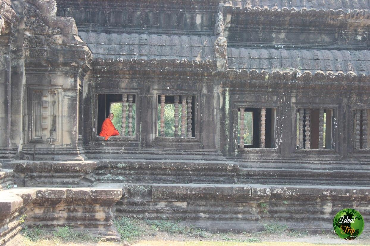 Буддийский монах рядом с Ангкор Ват
