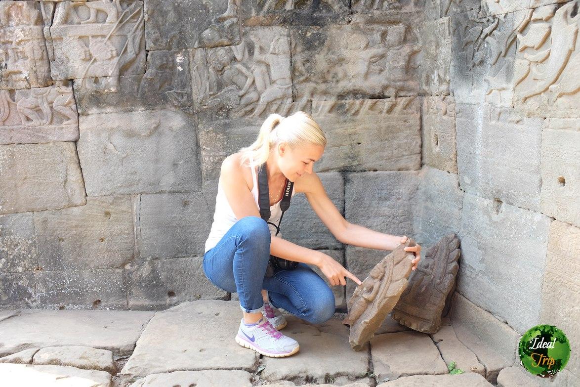 Кричтина Эндлесс изучает отпавшие от храма части