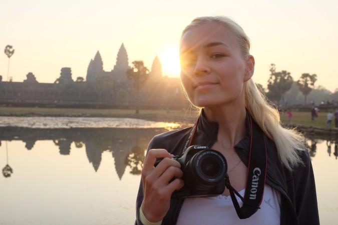 Кристина Эндлесс на рассвете на фоне храма Ангор Ват