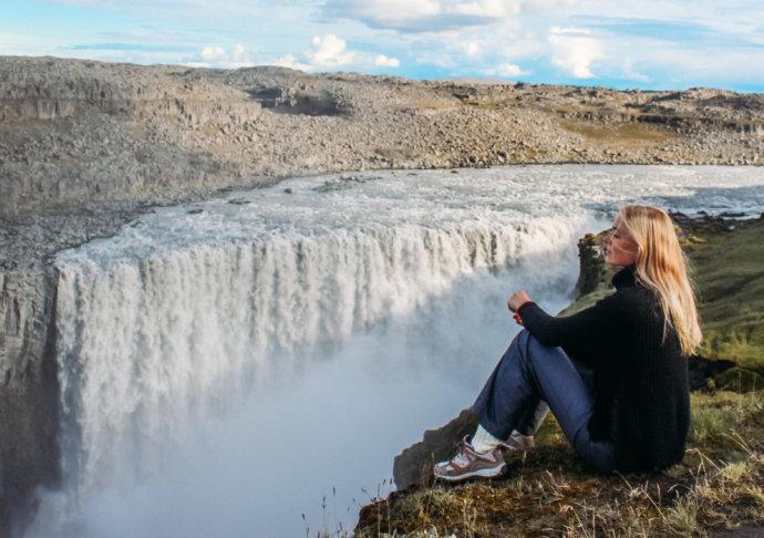 Девушка и водопад Деттифосс