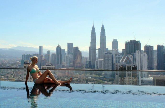 Кристина Эндлесс в бассейне с потрясающим видом