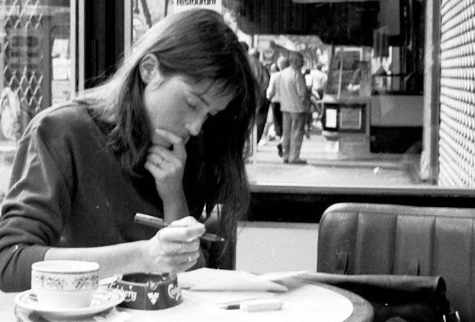 Девушка-писатель в кафе