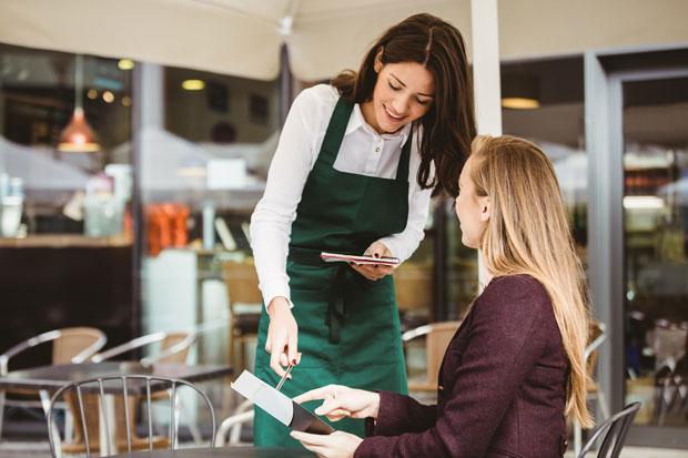 Официантка помогает решить вопрос