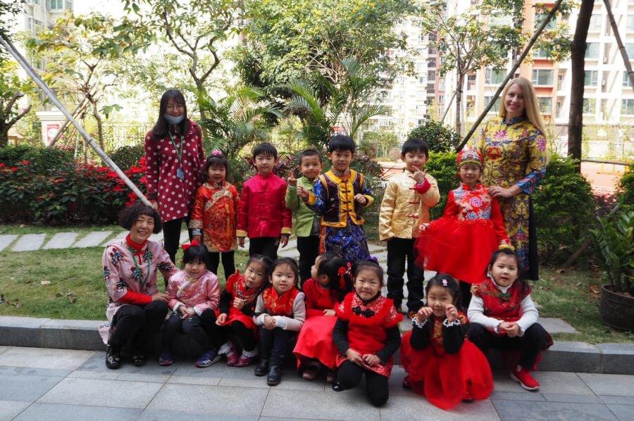 Юля со своими китайскими учениками