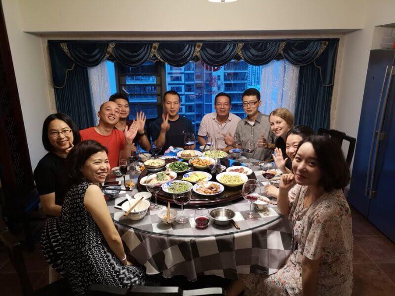 Юля ужинает с китайскими друзьями в Китае