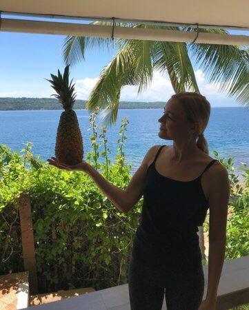 Кристина и ананас